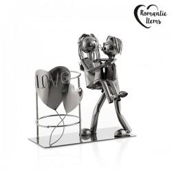 Kovový stojan na víno zamilovaný pár