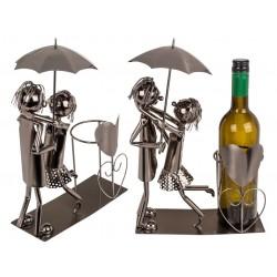 Kovový stojan na víno - zamilovaný pár s dáždnikom